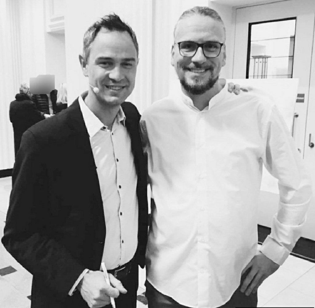 Andreas Altmeyer mit dem Schweizer Historiker und Friedensforscher Dr. Daniele Ganser (links) im Karlsruher Konzerthaus, November 2019.